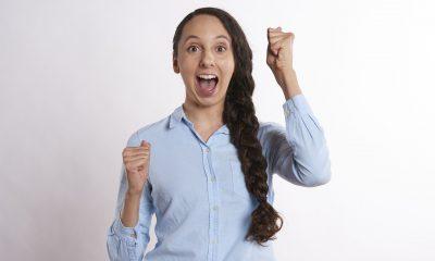 szczęśliwa kobieta; szeroko uśmiechnięta; długi gruby warkocz i błękitna koszula